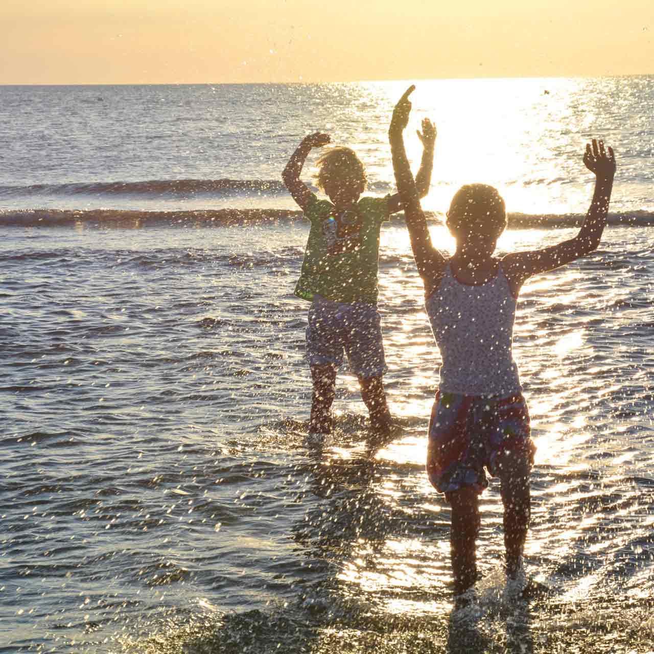 Badende Kinder an der Nordsee