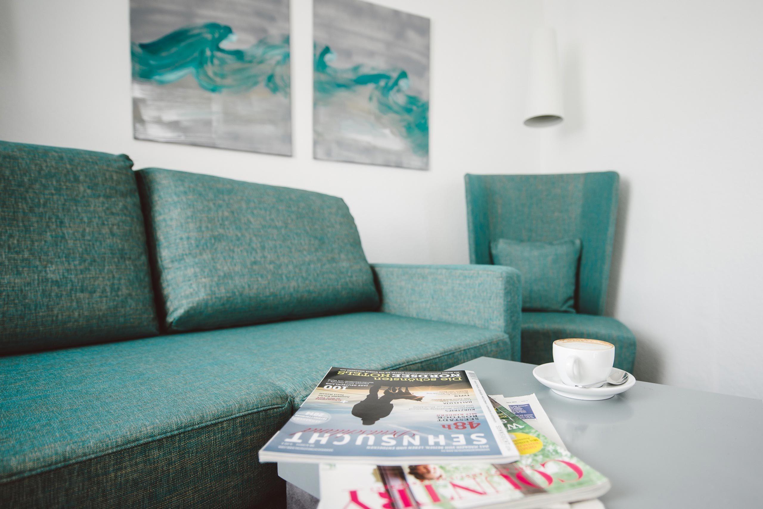 XL Zimmer: Wohnbereich in einer Juniorsuite im meerzeit Hotel in Cuxhaven